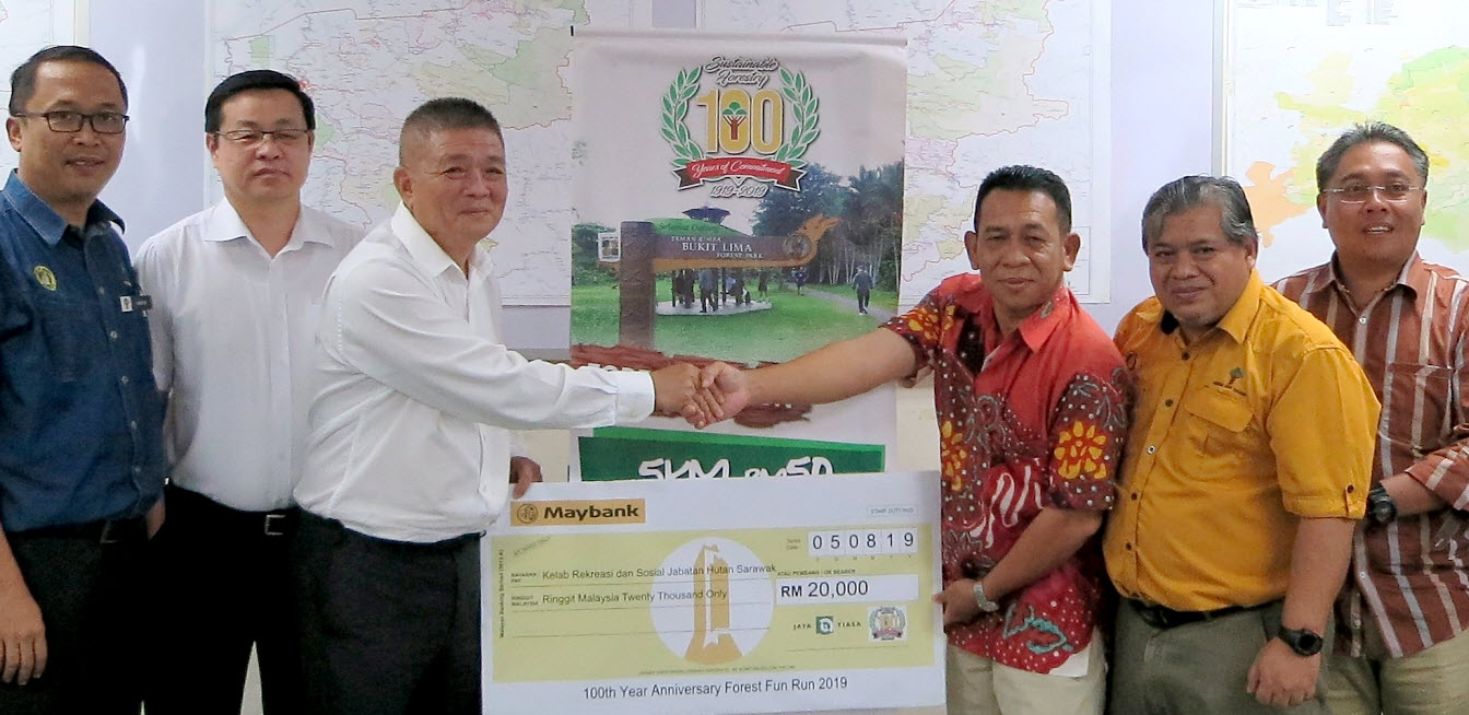 Jaya Tiasa makes a monetary contribution to the Forest Department of Sarawak on 5th August 2019